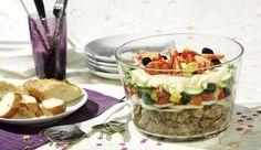 Mit herzhaftem Hackfleisch und feurigen Peperoni bringt der griechische Schichtsalat Schwung in das Partybuffet