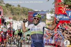 El australiano Michael Matthews del equipo Orica GreenEdge levantando los brazos tras ganar la 3ª etapa.