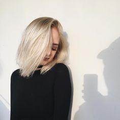 my soniclear brush makes my skin feel amazing! Watch my April favorites link in my bio :) Brown Blonde Hair, Dark Hair, Light Hair, Brunette Hair, Hairstyles Haircuts, Pretty Hairstyles, Hair Inspo, Hair Inspiration, Girl Short Hair