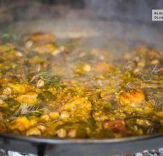 """Paella Valenciana: Paella se origina en la provincia de Valencia. Tradicionalmente, este comida se hace en al aire libre. Personas usan una sartén grande, que se llama """"paellera"""", para preparar este plato. Alguien corta leña y paella se cocina por encima de un fuego. Los ingredientes principales son: arroz, pollo, tomates, frijoles verdes, y hierbas. Algunas opciones son añadir los mariscos, conejo, o caracol. Paella se come en muchos lugares en el mundo y es un plato Espana muy famoso."""