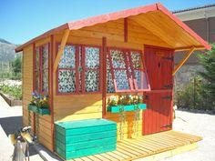 Casita de madera infantil modelo MASIA color miel y rojo.