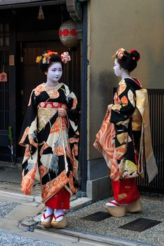 Shigyoshiki 2016 with…The maiko Naoai and her okiya sister the maiko Naokinu! (Source)