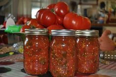 5pond tomaten, 5pond uien, potje gesneden peper of verse peper toevoegen, 2 a 4 bollen knoflook fijnhakken, veel koriander, 1 kopje appel azijn, 2x tomatenpuree Tomaten blancheren, vel eraf en hakken, hieraan toevoegen van de andere ingrediënten en dan in potjes.