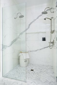 Curbless shower Best tiles for curbless showers source on Home Bunch #curblessshower