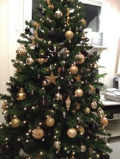 Christmas tree with gold and black decor. By Nina Th. Oppedal, Norway