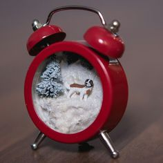 Teeny-tiny diorama with a sweet St. Bernard dog inside / Icipici dioráma egy cuki bernáthegyi kutyussal a belsejében. #xmas #xmasdecoration #christmas #alarmclock turned into #diorama #gift #saintbernard #dog #karácsony #ajándék #ötlet #bernáthegyi #diy #budapest #winter #homedecore