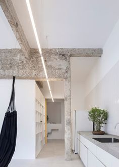 Image 9 of 20 from gallery of Itamonte Garage / Zebulun Arquitetura. Photograph by Federico Cairoli Contemporary Architecture, Interior Architecture, Interior Design, Garage Renovation, Open Concept Kitchen, Rental Apartments, Ceiling Design, Store Design, Home Office