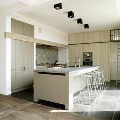Landelijk | Jet keukens - Kastenwand met lijn bovenaan -> lijn van de ramen volgen - Kasten met groefje in, maar toch mooi afgewerkt aan zijkanten met strak stuk! - 4 barstoelen op een rij.
