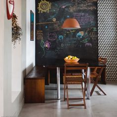 This kitchen has it all: blackboard walls, patterned tiles, yellow fridge... Take the tour around the space. (in Portuguese)