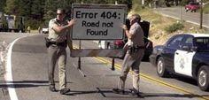 Com toda certeza o humor geek é algo fácil de se distinguir, o difícil é acreditar que esses policiais sejam responsáveis pela placa.