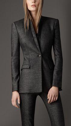 Un blazer azul o negro de buena caída que pueda ir sobre jeans y un pantalón clásico.