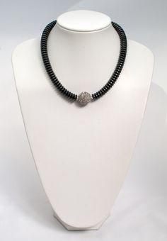 Festliche Hämatit-Kette mit Strass-Mittelkugel    Festive haematite necklace with a sparkling ball of rhinestone crystals   atelier ie.