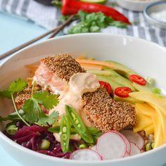 Laks og sesamfrø er en uslåelig kombinasjon! Prøv sesampanert laks i bolle med asiatiske grønnsaker, ris, syltet rødløk og chilimajones.