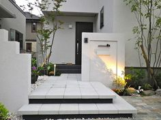 garden lighting Spectacular garden lighting by lighting professionals. Enjoy a dramatic, romantic, even mysterious scene comparing to a day time. Japanese Modern House, Japanese Home Decor, Office Entrance, Entrance Design, Design Entrée, House Design, Rooftop Terrace Design, Gate Post, Compound Wall