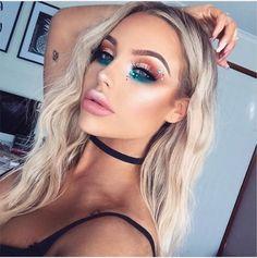 Zoom sur les plus beaux maquillages à adopter pour un festival #tendance #beauté #festival #maquillage #coachella #paillettes #strass #rose #bleu #sirene #inspiration #aufeminin #cheveux #wavy