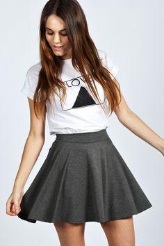 Me gusta la falda gris MÁS QUE la falda roja porque la falda gris es más suelta.
