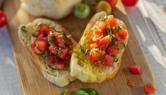 Jeder kennt und liebt sie – die italienische Bruschetta! Alles was du dazu brauchst ist Knoblauch, saftige Tomaten, würziger Basilikum und Öl.