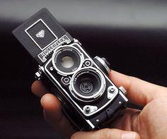 ローライフレックス2.8Fをデザインモチーフにした、デジタルカメラ「MiniDigi」がバージョンアップする。新たにオートフォーカスを搭載し、カラーバリエーシ…