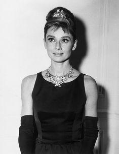 """Audrey Hepburn usando el collar Ribbon Rosette de Jean Schlumberger con el diamante Tiffany.  Audrey usó este collar para promocionar el filme """"Breakfast at Tiffany's"""" de 1961"""