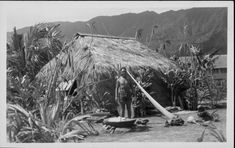 David Kaapu and his grass house, Punaluu, Oahu