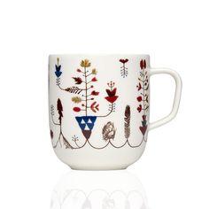 """La mug Sarjaton di Iittala è perfetta per i tuoi momenti di relax con una tazza di tè o caffè caldo. Con Sarjaton, che significa """"senza serie"""" in finlandese"""", avrete la libertà di mettere insieme parti, disegni e colori diversi secondo le vostre preferenze e creare così una collezione di stoviglie su misura. Sarjaton è il risultato della collaborazione tra sei stilisti di talento, provenienti da campi diversi del design. Questa mug è realizzata in vetro porcellanato ed è adatta all'uso in…"""