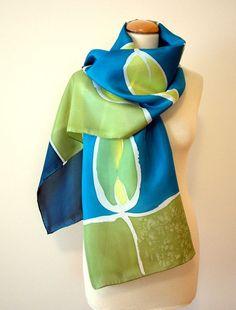 pañuelo de seda - Mano pintada de verde-azul-blanco-Hojas.  $ 55.00, a través de Etsy .: