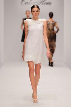 Tot-Hom_OI16_AC_32 #tothom #tot-hom #pretaporter #lineaa #modamujer #moda #fashion #desfile #fw16 #Barcelona #Madrid #tendencia #streetstyle #model #hautecouture #plumas #plisados #terciopelo #marron #azulmarino #gris #musthave Tot Hom, High Neck Dress, Madrid, Barcelona, Dresses, Fashion, Female Form, Feathers, Gray