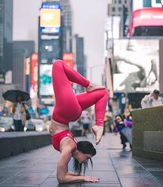 #yoga in the big city. Picture perfect #armstand by @hollybentley_yoga Photographed by @bentleycreativeagency Thanks for sharing your…