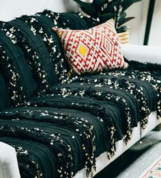 Los plaids son prácticos. Sirven para taparnos con ellos como mantitas o también para cubrir el sofá y protegerlo del uso diario. A mí me gustan más que las típicas fundas, porque, además, si tienes varios, se puede cambiar el estilo decorativo de la zona de estar según elijas uno u otro.