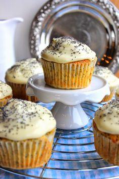 Diese Zitronen-Mohn-Cupcakes von Wo die Liebe den Tisch deckt nach Leila Lindholm machen Lust auf Sonne.   #Rezept: http://www.kuechenplausch.de/rezept/info/163631-zitronen-mohn-cupcakes