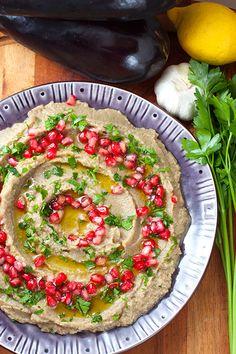 [ Baba Ganoush – persisk aubergineröra ] 8 port. 4 aubergine / 4 msk tahini / 2 vitlöksklyftor, pressade el finhackade / ½ citron, saft / salt | Nagga auberginerna, grilla i ugn på ca 250° ca 20-30 min. Skalet ska bli svart, nästan bränt o köttet mjukt. Lägg i en skål täckt med aluminiumfolie el kastrull m lock. När svalnat, dra av skal, låt rinna av el pressa ur vätskan. Mixa. Tillsätt tahini, citronsaft, vitlök + salt, mixa till slät röra. Smaka av, tillsätt ev mer citron el salt.