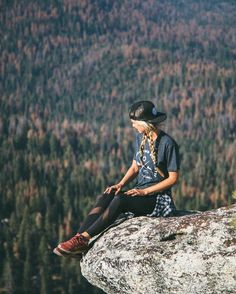likes summer camping outfits, summer outfits, hiking backpack, fall p Cute Hiking Outfit, Trekking Outfit, Summer Camping Outfits, Womens Hiking Outfits, Traveling Outfits, Outdoor Reisen, Estilo Tomboy, Climbing Outfits, Hiking Photography