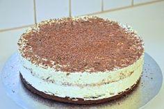 Dronning Maud var min favorittdessert i mange år. Mormor lagde den beste Dronning Maud puddingen, og jeg har arvet hennes oppskrift. Mormor sa alltid at Dronning Maud ble bedre om man bare brukte p… Pudding Desserts, Cookie Desserts, Norwegian Food, Let Them Eat Cake, Cake Cookies, Food To Make, Cake Recipes, Cake Decorating, Food Porn