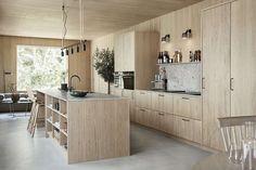 Ljuvligt designkök i ek - Wood Family Kitchen, Home Decor Kitchen, Kitchen Interior, New Kitchen, Kitchen Dining, Küchen Design, House Design, Apartment Kitchen, Modern Kitchen Design