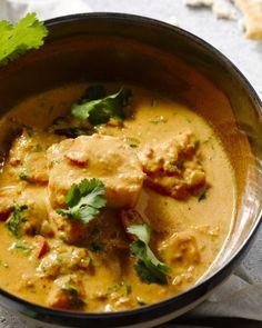 Een heerlijke smaakvolle en pittige Indiase curry met vis. Wil je het wat milder? Laat dat wat van de rode chilipeper weg. Heerlijke met rijst of naanbrood. Seafood Recipes, Indian Food Recipes, Appetizer Recipes, Vegetarian Recipes, Healthy Recipes, Recipes Dinner, Good Food, Yummy Food, Healthy Slow Cooker
