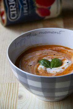 La crema di pomodori e carote è semplicissima da preparare e permette di sfruttare tutti i sapori estivi. Servitela calda o fredda pure durante un aperitivo