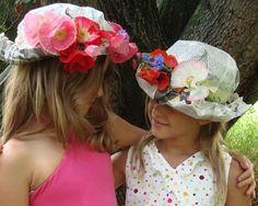 Sombreros de papel de periódico y flores Sombreros Reciclados 81eed81d5be