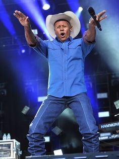 Neal McCoy gets into his performance at the 2015 CMA