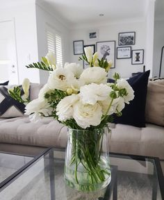 White flowers coffee table. Lounge room inspiration @laurensenituli