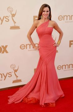 "Best and Worst Dressed at the Emmys - ""Modern Family"" star Sofia Vergara's in a Vera Wang dress at the 2011 Emmy Awards. Vera Wang Gowns, Vera Wang Dress, Mode Glamour, Looks Chic, Red Carpet Looks, Red Carpet Dresses, Beautiful Gowns, Gorgeous Dress, Beautiful Hips"