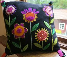 Scandinavian Embroidery, Swedish Embroidery, Blackwork Embroidery, Felt Applique, Applique Quilts, Hand Embroidery Designs, Embroidery Patterns, Penny Rug Patterns, Felt Pillow