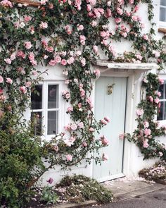 Could this rose-draped cottage in Hampshire get any more idyllic?! Captured by @monalogue  #lovegreatbritain
