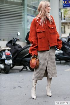 rust jacket outfit burnt orange Outside Chloe / Paris Fashion Week Street Style Outfits, Fall Fashion Outfits, Fall Fashion Trends, Mode Outfits, Fall Winter Outfits, Star Fashion, Look Fashion, Winter Fashion, Casual Outfits
