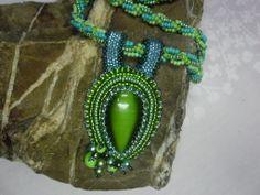 Zelené perlení.Náhrdelník JE vyroben technikou šitého šperků, točená šňůra s rokailu.Kabošon JE obšitý rokailem, perličkami.Použito magnet. zapínání.Cena 480,- kč