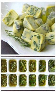 Pon tus hierbas en una cubeta de hielo con aceite de oliva. Solo ponlas en el congelador y estarán en perfectas condiciones para cuando necesites utilizarlas.