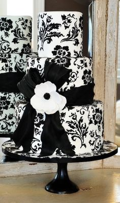 Black and White Damask Wedding Cake. REPIN FOR GLOBEMED!