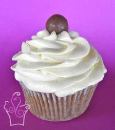 HOT CHOCOLATE Cupcake de chocolate malteado con lustre cremes -- Malted chocolate cupcake covered with creamy frosting #cupcake #cupcakes #sweetscostarica