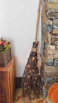 Lit Witch's Broom Fete Halloween, Spirit Halloween, Halloween Gifts, Diy Halloween Decorations, Holidays Halloween, Happy Halloween, Rustic Halloween, Witch Broom, Adornos Halloween