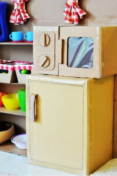 DIY Cardboard Play Kitchen – Craft projects for every fan! Old Kitchen Cabinets, Painting Kitchen Cabinets, Kitchen Paint, Kitchen Craft, Cardboard Play, Used Cardboard Boxes, Cardboard Kitchen, Kitchen Tiles Design, Cabinet Makeover