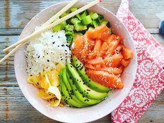 Sushi-Bowl Salmon and avocado are full of healthy fats. Make vegan sushi yourself Salmon Recipes, Fish Recipes, Asian Recipes, Chicken Recipes, Burger Recipes, Sushi Comida, Comida Keto, Easy Homemade Burgers, Avocado Dessert